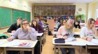 С пятого класса русскоязычные дети в латвийских школах начинают учить большую часть предметов на латышском языке.