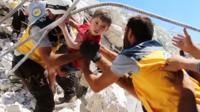 Спасатели достают из-под завалов ребенка