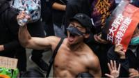 香港民主派元旦游行一名赤膊上身的男子高举右手大喊口号(1/1/2020)