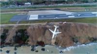 В Турции самолет съехал с полосы и чуть не упал в море.