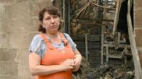 Лилия Медведева показывет, что осталось от ее дома после пожара в Ростове