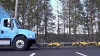 Роботы Boston Dynamics тащат грузовик