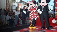 Минни Маус с супругом на открытии звезды на Аллее славы в Голливуде.