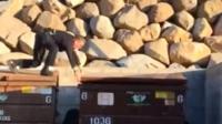 Полицейский открывает мусорный контейнер