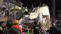 エンリケ・ラブサメン学校ではまだ大勢が後者の下敷きになっていると懸念されている(20日未明、メキシコシティ)
