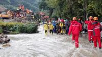 Rescuers carry out an injured from the site of a landslide in Suichang county, Zhejiang province, China, 29 September 2016