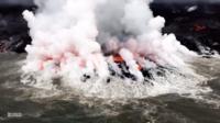 При попадании лавы в воду образуется кислотный туман.