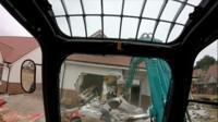 Даниел Ниагу разрушает построенный дом.
