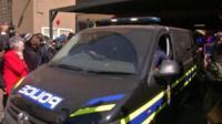 Полицейский автомобиль у здания суда в ЮАР