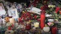 Жители Орска несут цветы к стихийному мемориалу жертвам крушения Ан-148