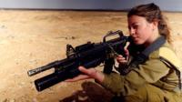 В Израиле служат все, вне зависимости от пола. Все больше девушек выбирает службу на передовой. Обычно на боевых должностях они служат вместе с молодыми людьми.