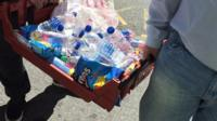Представители мусульманской общины Манчестера принесли воду сотрудникам экстренных служб
