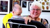 Glenys Coope voltou a se interessar pela arte na pele depois que o marido faleceu.