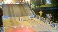 Женщина упала между секциями моста