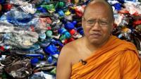 Монах из Таиланда на фоне пластиковых бутылок