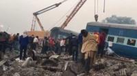 Спасатели продолжают работать на месте крушения поезда в индийском штате Уттар-Прадеш.