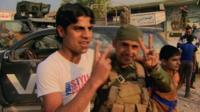 Курдский ополченец с жителем освбожденной деревни