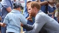 Пятилетний малчьик потрогал принца Гарри за бороду.