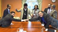 ممثلا الحوثيين (يسار) والحكومة يتصافحان في ستوكهولم