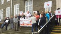 Protestwyr yn rhan o orymdaith i arbed Ysbyty Dyffryn Aman