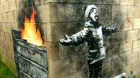 """Работа Бэнкси """"С праздниками"""" на стене гаража в Порт-Толботе"""