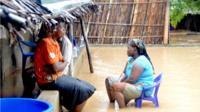 Des voisins discutent dans une rue inondée du district de Paquite, à Pemba, sur la côte nord-est du Mozambique, après le passage du cyclone Kenneth.