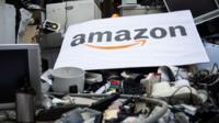 Cartel de Amazon sobre productos eléctricos tirados a la basura.