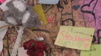 Стена памяти по погмбшим во время нападения в Стокгольме