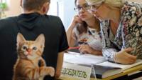 Избиратель на участке в майке с котиком