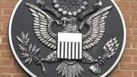 Американский герб на здании дипломатического объекта