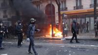 В Париже произошли беспорядки во время марша профсоюзов против пенсионной реформы.
