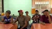 Мигранты смотрят футбол