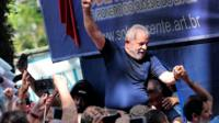 Lula carried by supporters