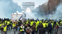 Протесты в Париже переросли в столкнвоения с полицией.