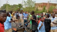 Les élèves d'un collège de Niamey, en grève, barrent la route (illustration).