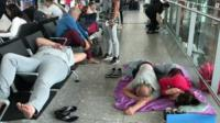 Пассажиры спят в аэропорту Хитроу