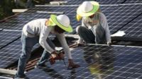 Instalación de paneles solares en Estados Unidos.