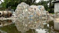 мусор на налегальной свалке в Малайзии