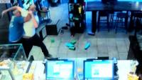 Посетитель кофейни в США обезоружил грабителя