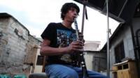 Estban Ruiseco playing clarinet