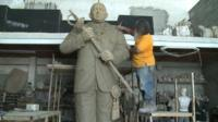 Julio Cesar Briceno working on his sculpture