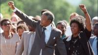 Mandela raises arm
