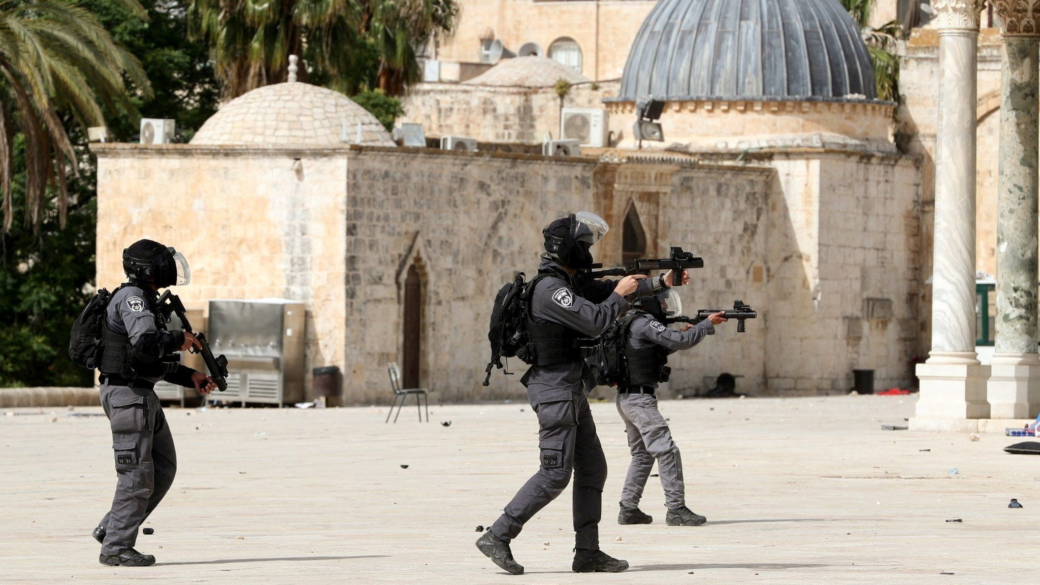 Israeli police officer aims a weapon during clashes with Palestinians around the al-Aqsa mosque in occupied East Jerusalem (10 May 2021)