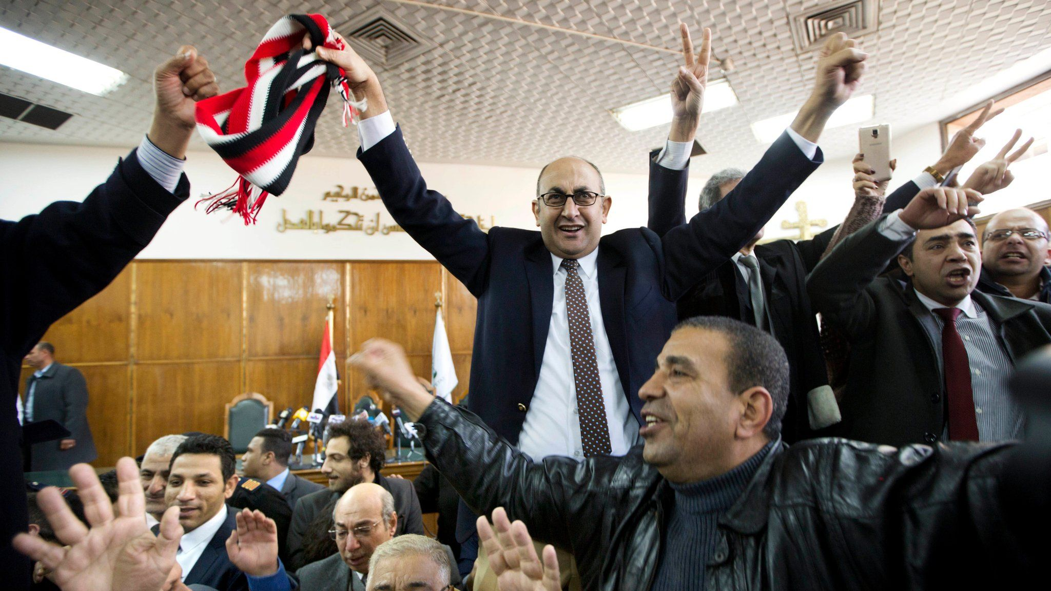 Lawyers and activists celebrate after the High Administrative Court rejects an appeal by the government against a ruling stopping the transfer of Tiran and Sanafir islands to Saudi Arabia (16 January 2017)