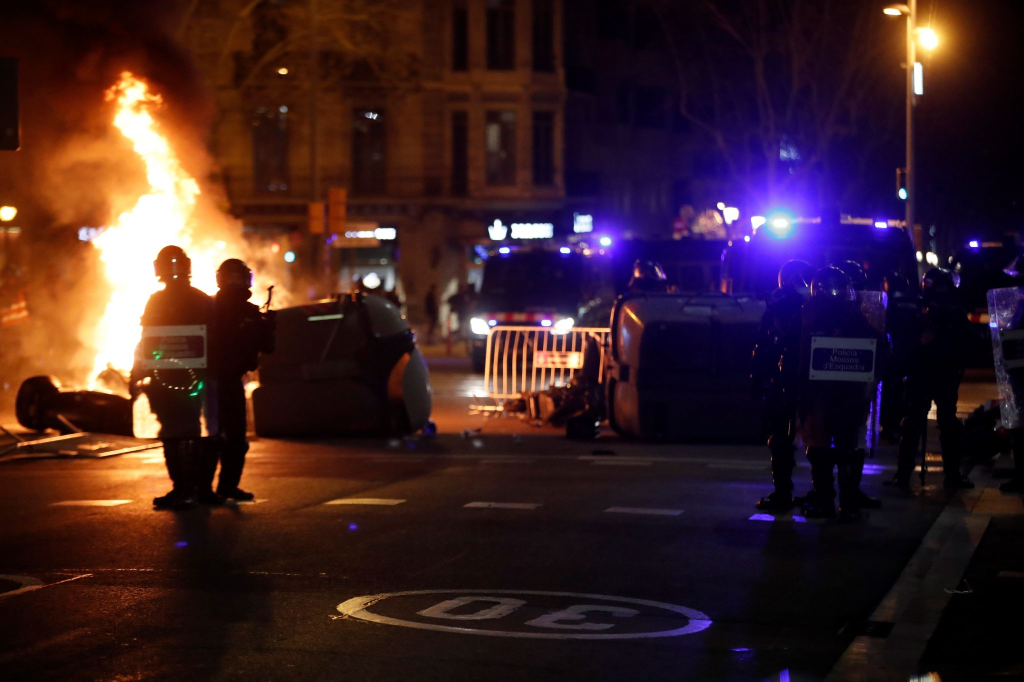 Demonstranti v úterý v Barceloně zapálili odpadkové koše