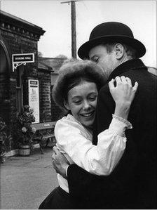 Bobbie (Jenny Agutter) and Father (Frederick Treves) hugging on the railway platform.