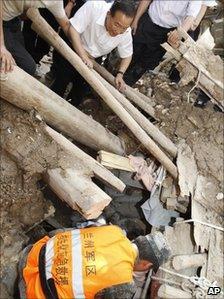 Wen Jiabao watches a rescuer in Zhouqu (8 August 2010)