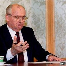 Mikhail Gorbachev resigns as Soviet president, 25 December 1991