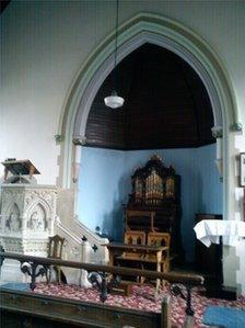Pulpud carreg ac organ y Capel Coffa