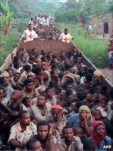 Rwandan Hutu refugees returning home from DR Congo in 1997
